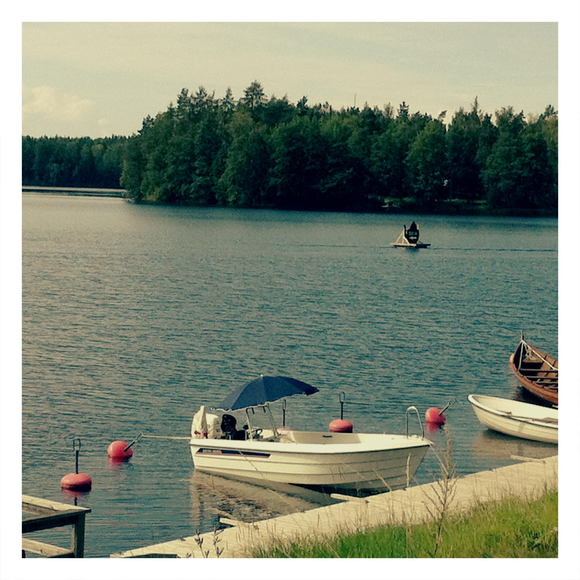 Båtar vid bryggan i Åmänningen